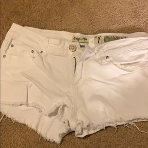 perfect white summer shorts!